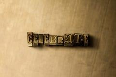 CÉLÉBREZ - le plan rapproché du mot composé par vintage sale sur le contexte en métal Photos libres de droits