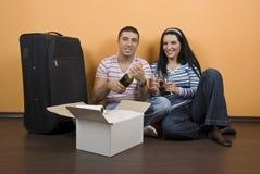 célébrez les couples à la maison neufs Photos stock
