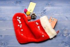 Célébrez Noël Contenu du bas de Noël Petits articles stockant des stuffers ou de petits cadeaux de Noël de remplisseurs photos libres de droits