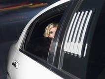 Célébrité femelle à l'intérieur de la voiture de limousine photos stock
