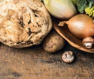 Céleri et légumes dans la cuvette sur le fond en bois Photos stock