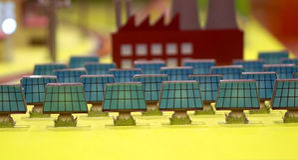 Célula solar da energia alternativa na cidade Fotografia de Stock