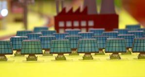 Célula solar de la energía alternativa en la ciudad Fotografía de archivo