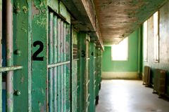 Células de cárcel de la prisión imagen de archivo