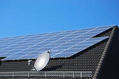 Células de la energía solar en una azotea negra Fotos de archivo libres de regalías