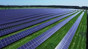 Células solares da exploração agrícola de energia na luz solar Fileiras da vista aérea dos painéis fotovoltaicos vídeos de arquivo