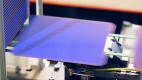 Células solares del módulo que son lanzadas y que se mueven a lo largo de la banda transportadora Concepto innovador de la produc metrajes