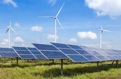 Células solares e turbinas eólicas na energia renovável alternativa da central elétrica da natureza foto de stock royalty free