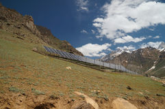 Células solares en la colina en verano, Ladakh, la India Fotografía de archivo