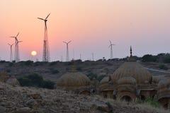 Cénotaphe antique avec les moulins de vent modernes dans l'Inde de Jaisalmer Ràjasthàn de baag de bada Photographie stock