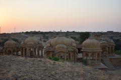 Cénotaphe antique avec les moulins de vent modernes dans l'Inde de Jaisalmer Ràjasthàn de baag de bada Photos stock