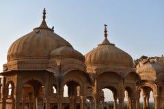 Cénotaphe antique avec les moulins de vent modernes dans l'Inde de Jaisalmer Ràjasthàn de baag de bada Image libre de droits