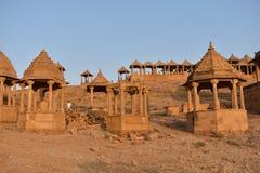 Cénotaphe antique avec les moulins de vent modernes dans l'Inde de Jaisalmer Ràjasthàn de baag de bada Images stock