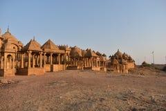 Cénotaphe antique avec les moulins de vent modernes dans l'Inde de Jaisalmer Ràjasthàn de baag de bada Photographie stock libre de droits