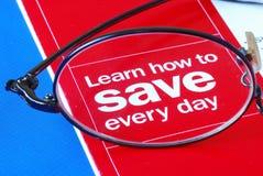 Céntrese en el aprendizaje de cómo salvar el dinero diario Imagen de archivo libre de regalías