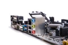 Céntrese en la placa madre de los conectores de audio, un fondo blanco Imagenes de archivo