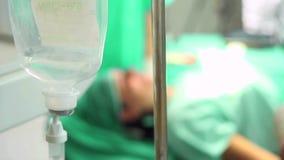 Céntrese en un goteo intravenoso al lado de un paciente almacen de metraje de vídeo
