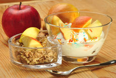 Céréale avec le joghurt dans des cuvettes en verre pour le déjeuner images libres de droits