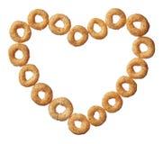 Céréale de Cheerios dans une forme de coeur d'isolement sur le blanc Photo libre de droits