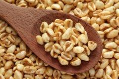 Céréale de miel dans une cuillère en bois Image libre de droits
