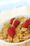 Céréale de petit déjeuner avec des fraises Photos stock