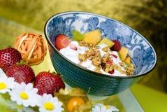 Céréale de petit déjeuner avec des fraises Photo stock