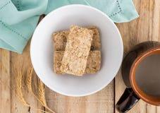 Céréale de petit déjeuner de blé crue dans la cuvette sur de table en bois rustique images stock