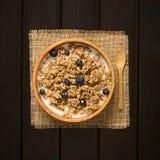 Céréale de petit déjeuner de farine d'avoine avec les myrtilles et le lait photos stock