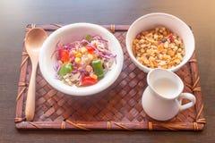 Céréale de salade et petit déjeuner sain de mailk dans des plateaux en bambou Photo libre de droits