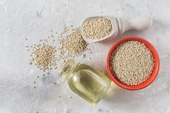 Céréale organique de quinua dans la cuvette de couleur sur le fond blanc Photo libre de droits
