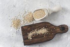 Céréale organique de quinua dans la cuvette de couleur sur le fond blanc Image libre de droits