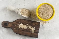 Céréale organique de quinua dans la cuvette de couleur sur le fond blanc Image stock