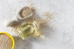 Céréale organique de quinua dans la cuvette de couleur sur le fond blanc Images stock