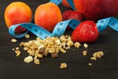 Céréale renversée de Cheerios avec du chocolat Suppléments diététiques sains pour des athlètes Cheerios pour le petit déjeuner Mu Images stock