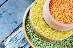 Céréales colorées - lentilles rouges, bulgur jaune et pois Images libres de droits