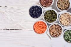 Céréales dans des cuvettes en céramique Photo libre de droits