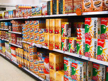 Céréales de petit déjeuner dans un hypermarché. Image libre de droits