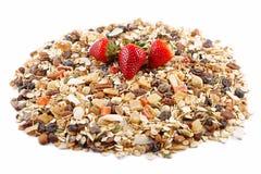 Céréales de petit déjeuner et fraises, farine d'avoine avec des fraises, fruits glacés, raisins secs et écrous, comme fond Image stock