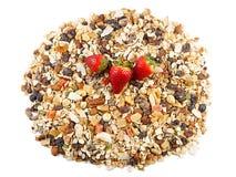 Céréales de petit déjeuner et fraises, farine d'avoine avec des fraises, fruits glacés, raisins secs et écrous, comme fond Images stock