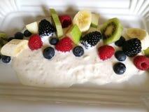 Céréales de yaourts, kiwi frais frais, baies de mélange, fruit en place Photo stock