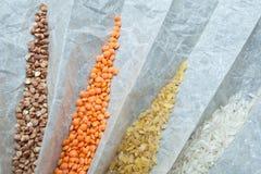 Céréales diététiques pour la consommation saine sur le papier, plan rapproché Riz, bulgur, sarrasin et lentilles photographie stock