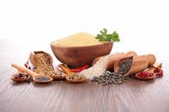 Céréales et épices assorties photos stock