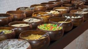 Céréales et flocons d'avoine sur un buffet de petit déjeuner Photographie stock libre de droits