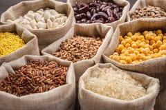 Céréales et haricots dans les sacs Photo stock
