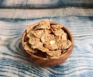 Céréales saines dans la cuvette en bois Photos stock