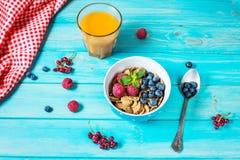 Céréales saines de blé entier de Multigrain avec la baie fraîche et un verre de jus pour le petit déjeuner photo libre de droits