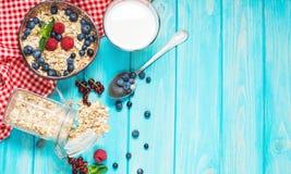 Céréales saines de blé entier de Multigrain avec la baie fraîche pour le petit déjeuner images libres de droits