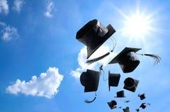 Cérémonie, chapeaux d'obtention du diplôme, chapeau jeté dans le ciel avec Image libre de droits