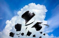 Cérémonie, chapeaux d'obtention du diplôme, chapeau jeté dans le ciel avec Image stock