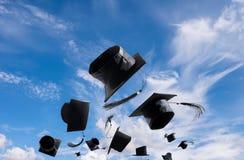 Cérémonie, chapeaux d'obtention du diplôme, chapeau jeté dans le ciel avec Images stock